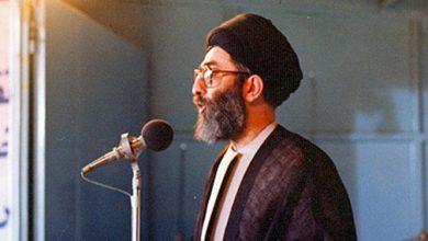 تصویر از وقتی آیتالله خامنهای نماز جمعه را با وجود انفجار بمب ترک نکرد+فیلم