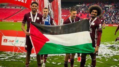 تصویر از جشن قهرمانی در ومبلی لندن با پرچم فلسطین