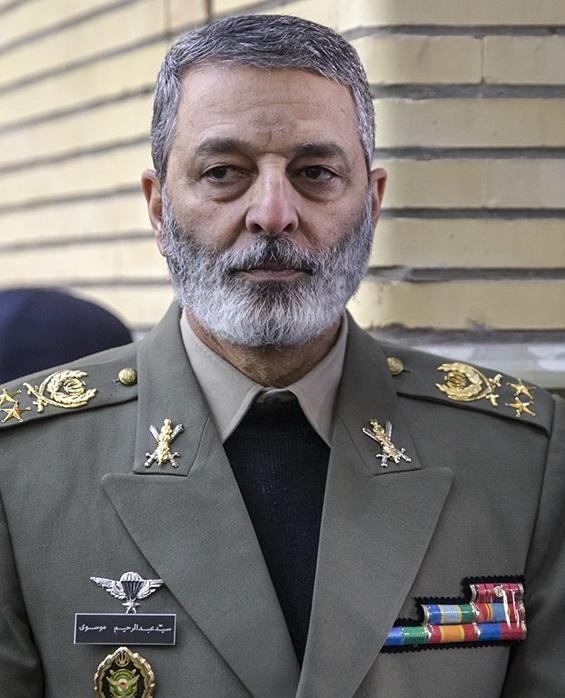تصویر از فرمانده کل ارتش جمهوری اسلامی ایران پیروزی سید ابراهیم رئیسی در انتخابات ۱۴۰۰ را به وی تبریک گفت